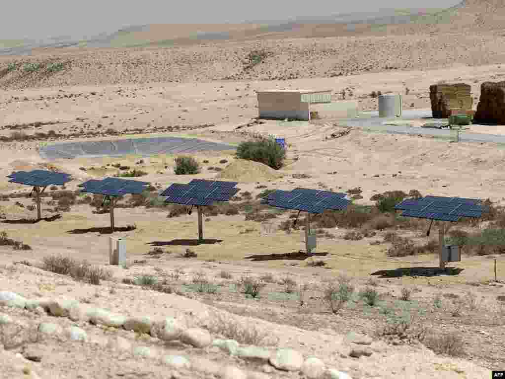 Israel -- Solar panels stand at the Tene dairy farm in the Israeli Negev desert, on September 9, 2008. - ISRAEL, NEGEV DESERT : Solar panels stand at the Tene dairy farm in the Israeli Negev desert, on September 9, 2008. The farm runs both conventional and clean solar power. It is the biggest farm in Israeli to use such system. The Negev desert enjoys cloudless skies for most of the year. AFP PHOTO/DAVID BUIMOVITCH green03 reducing coal and oil use in industry
