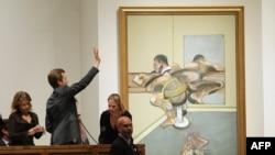 """Картина Фрэнсиса Бэкона """"Пишущая фигура, отраженная в зеркале"""" на аукционе Sotheby's. Нью-Йорк, 9 мая 2012 года."""
