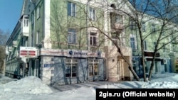 Здание офиса Бинбанка, в котором произошел взрыв, по улице Первомайская в Новосибирске