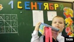 Школьник в первый день учебного года в школе Екатеринбурга. Иллюстративное фото.