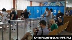 Міжнародна місія зі спостереження за виборами на дострокових парламентських виборах в Україні складалася з 811 спостерігачів з 45 країн