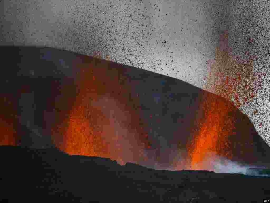 بخارج ریختن گدازه از یک کوه در ایسلند