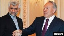 Президент Казахстана Нурсултан Назарбаев (справа) беседует с секретарем Высшего национального совета безопасности Ирана Саидом Джалили. Алматы, 24 февраля 2013 года.
