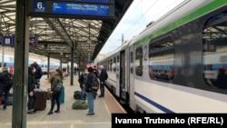Українці чекають на відправлення потягу до міста Перемишль. Прага, 19 березня 2020 року