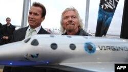 Калифорния губернаторы Арнольд Шварцнеггер (сол жақта) және бизнесмен Ричард Брэнсон ғарыш кемесін таныстыру шарасында. АҚШ, 7 желтоқсан 2009 жыл.