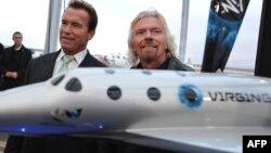 Арнольд Шварценеггер и Ричард Брэнсон на презентации SpaceShipTwo.