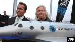 Ричард Брэнсон (оң жақта) және Арнольд Шварценеггер SpaceShipTwo ғарыш кемесін таныстыру шарасы кезінде. (Көрнекі сурет)