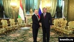 Президент России Владимир Путин (слева) на встрече со своим таджикским коллегой Эмомали Рахмоном в Кремле. Москва, 17 апреля 2019 года.