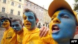 Украина құрамасының фанаттары көшеде келе жатыр. Украина, Львов, 11 маусым 2012 жыл.