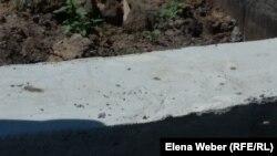 Появившиеся трещинки в фундаменте, которые вызвали опасения у жительницы станции Нура Умыт Баграмовой. Карагандинская область, 15 июля 2015 года.