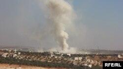 Облако пыли после авианалета на населенный пункт в сирийской провинции Идлиб. 26 октября 2016 года.