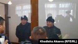 Мурагер Алимулы (слева) и Кастер Мусаханулы (справа) в суде по их делу. Зайсан, 6 января 2020 года.