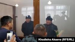 Мурагер Алимулы (справа) и Кастер Мусаханулы (второй слева), этнические казахи из Синьцзяна, привлекаемые в Казахстане к ответственности по статье об «умышленном незаконном пересечении государственной границы», в суде по их делу. Зайсан, 6 января 2020 года.