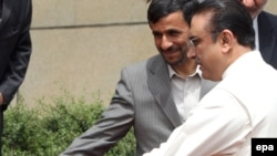 Iranian President Mahmud Ahmadinejad (left) and his Pakistani counterpart, Asif Ali Zardari, in Tehran on May 24.