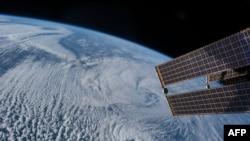 Выгляд Зямлі ўзімку зь міжнароднай касьмічнай станцыі. Фота амэрыканскага нацыянальнага касьмічнага агенцтва NASA.