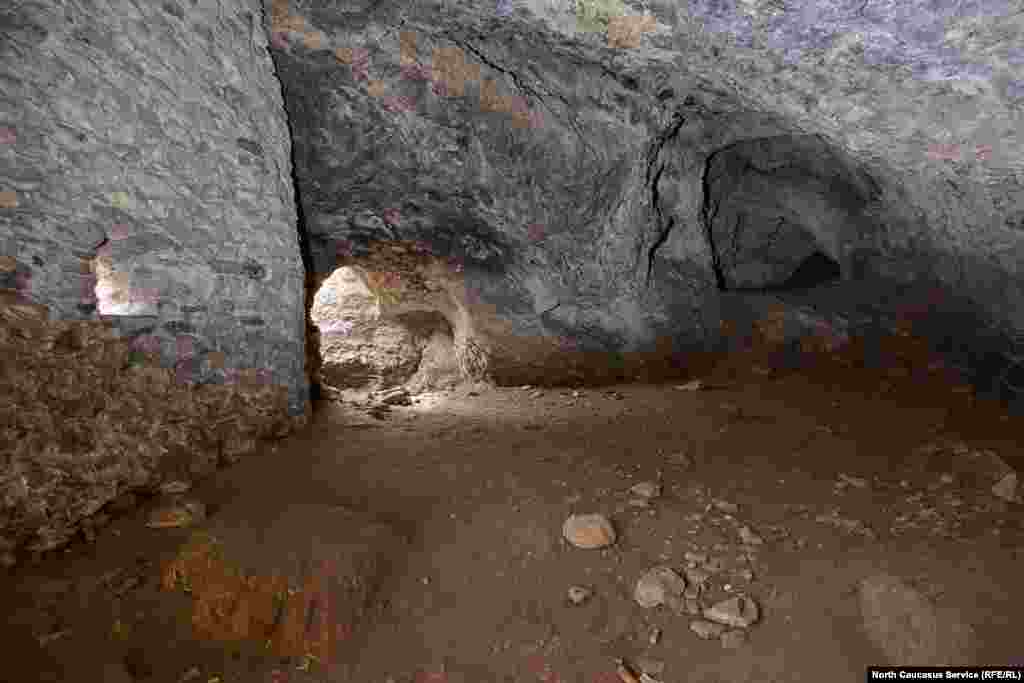 Древние зодчие использовали естественные пещеры