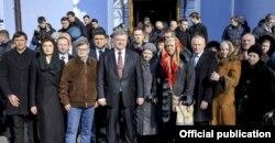 Михайло та Ніна Жизневські з президентом України Петром Порошенко та прем'єр-міністром Володимиром Гройсманом, лютий 2017 року