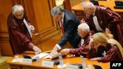 Președintele Camerei Deputaților de la București Valeriu Zgonea (al doilea din stînga) stă de vorbă cu mai mulți judecători de la Curtea Constituțională, București, august 2012.