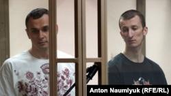 Олег Сенцов (л) и Александр Кольченко в суде