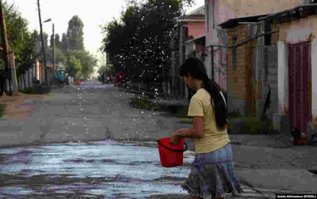 В Узбекистане вечером, после знойного дня, девочки и молодые женщины обязательно поливают водой двор, прилегающую улицу. Гульжамал, стеснительная девочка, рассказала, что ей 14 лет. Она училась в казахской школе, а в сентябре теперь пойдет в колледж, учебу будет продолжать на узбекском языке.