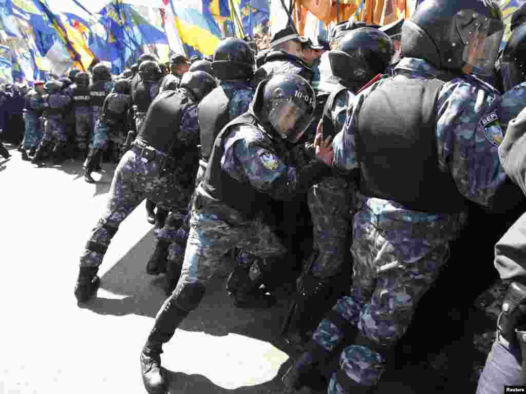 Безпосередньо біля Верховної Ради охорону громадського порядку забезпечують 1,5 тисячі працівників МВС.