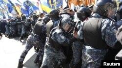 Зіткнення представників опозиційних сил з міліцією під час мітингу перед приміщенням парламенту, Київ, 27 квітня 2010 року