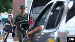 Стотици шофьори в някои части на страната от седмици се редят по опашки в очакване на цистерна