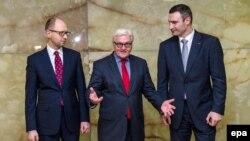 Франк-Вальтер Штайнмаєр (с) під час зустрічі з Арсенієм Яценюком (л) і Віталієм Кличком (п) у Берліні, 17 лютого 2014 року
