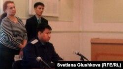 Прокурор мен министрлік өкілдері фильмді көріп отыр. Астана, 4 қазан 2012 жыл.