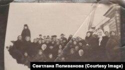 Православная ханты-мансийская община совместно с архимандритом Парфением после богослужения среди ссыльных, 1950-