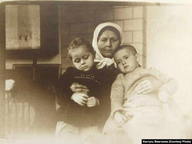 Маці Гаўрылы Вашчанкі Надзея з унукамі Ангелінай і Міколам