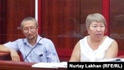 Обвиняемый в участии в деятельности ДВК гражданский активист Еркин Казиев в суде по его делу со своим адвокатом Гульнарой Жуаспаевой. Каскелен, 9 августа 2019 года.
