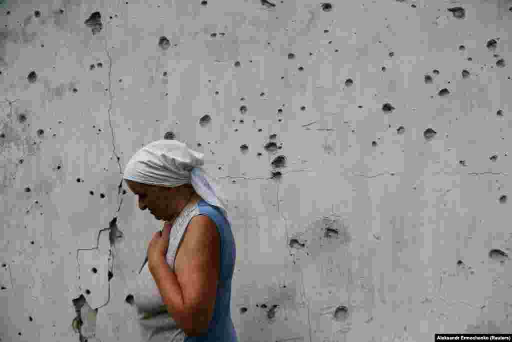 Жанчына паказвае свой дом ў сяле Вясёлае на Данбасе, пашкоджаны падчас баёў украінскай арміі з сэпаратыстымі, 27 ліпеня.