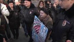 Народный сход в поддержку дальнобойщиков: Пятеро позорных ментов задерживают древнюю бабушку с плакатиком