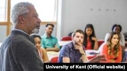 Abdulrazak Gurnah în cursul său de literatură de la universitatea din Kent.