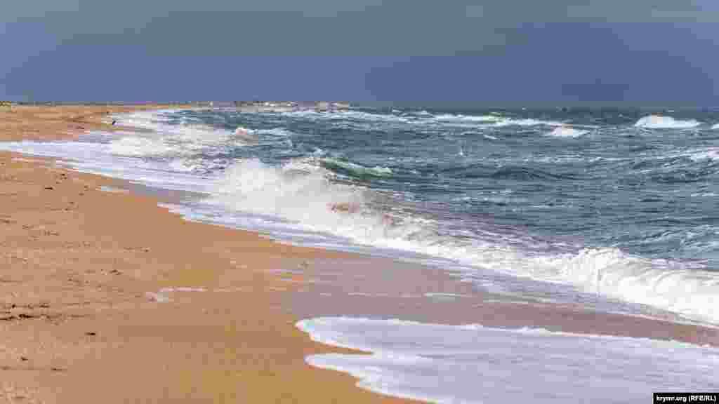 На косу зі сходу накочують хвилі Азовського моря, Арабатська стрілка