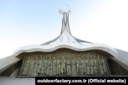 Барельеф монумента был изготовлен местными скульпторами.