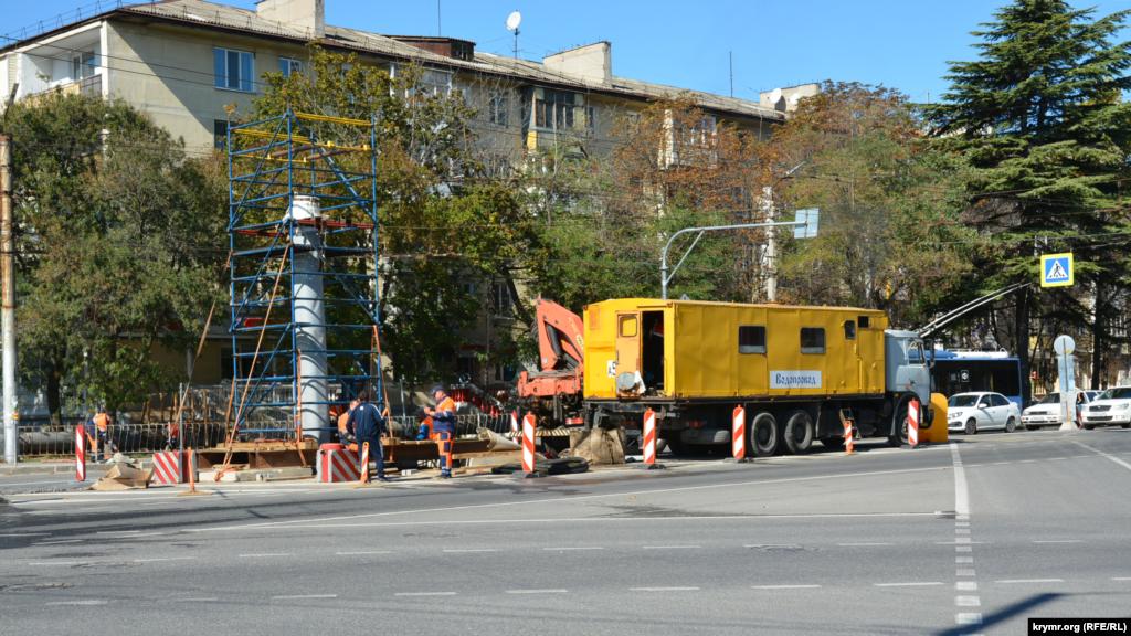 Ремонт водопроводу посеред шосе біля перехрестя проспекту Острякова з вулицями Силаєва і Музики