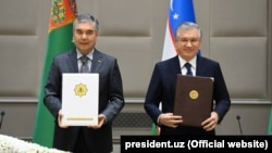 Türkmenistanyň prezidenti Gurbanguly Berdimuhamedow (çepde) we Özbegistanyň prezidenti Şawkat Mirziýoýew. Daşkent. 5-nji oktýabr, 2021 ý.