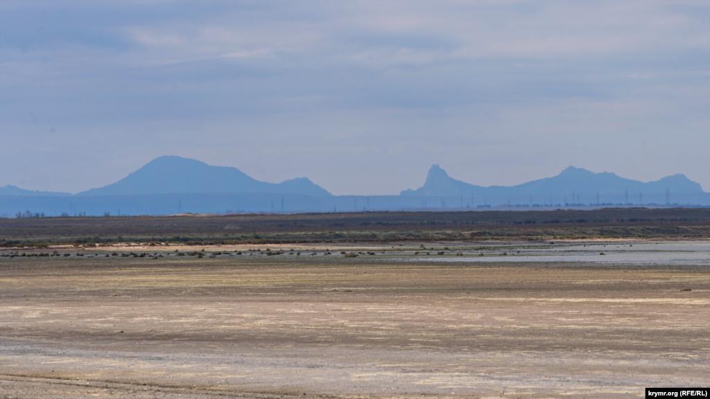 Южное побережье Сиваша на фоне голубой дали и Крымских гор