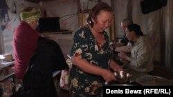 """""""Чумработница"""" Августина Болтунова кормит оленеводов"""