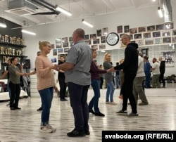 A busy dance class in West Coast Swing, led by Chuduk and Valoshin.