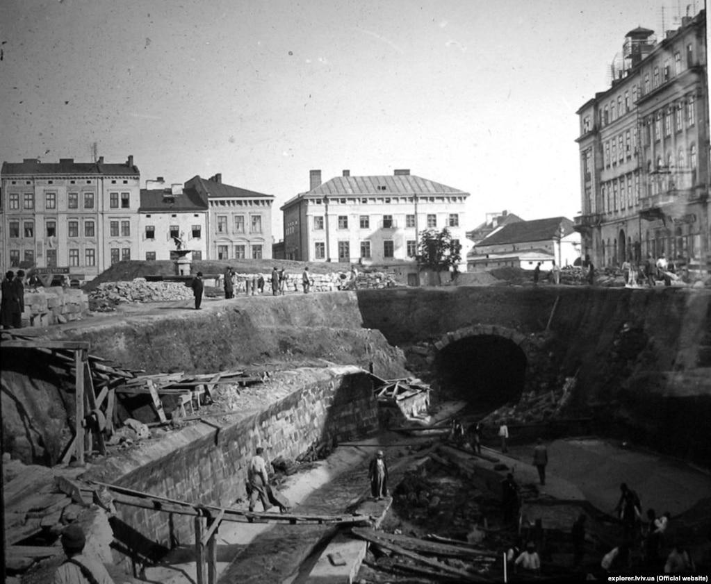 Полтву ховають під землю біля театру Скарбека. Фото 1880-х років