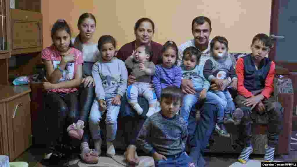 """Familia Fîțan are nouă copii. Cel mai mic a împlinit șase luni. """"Îi facem din dragoste, că-i iubim și ni-i dorim"""", spune Sorina Fîțan."""