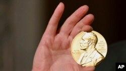 Нобелевская премия по экономическим наукам 2021 года присуждена одной половиной Дэвиду Карду, а второй половиной – совместно Джошуа Д. Ангристу и Гвидо В. Имбенсу.