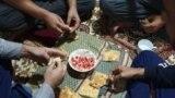 Душанбе түбіндегі санаторийді паналаған ауған ұшқыштары жұпыны дастарханда жүрек жалғап отыр.