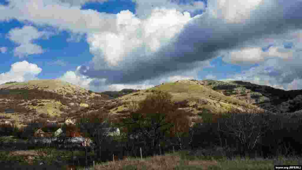 Село Дружне на тлі північно-східних схилів Долгоруківської яйли. Праворуч – початок ущелини Джафар-Берди