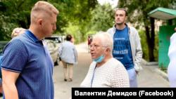 Валентин Демидов (слева) на встрече с местными жителями