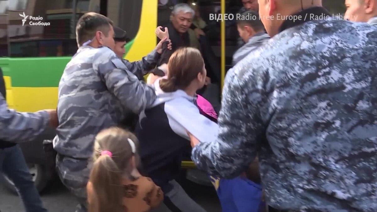 «Отпустите мою дочь! Мы шли в магазин»: полиция в Казахстане задерживает подростка – видео