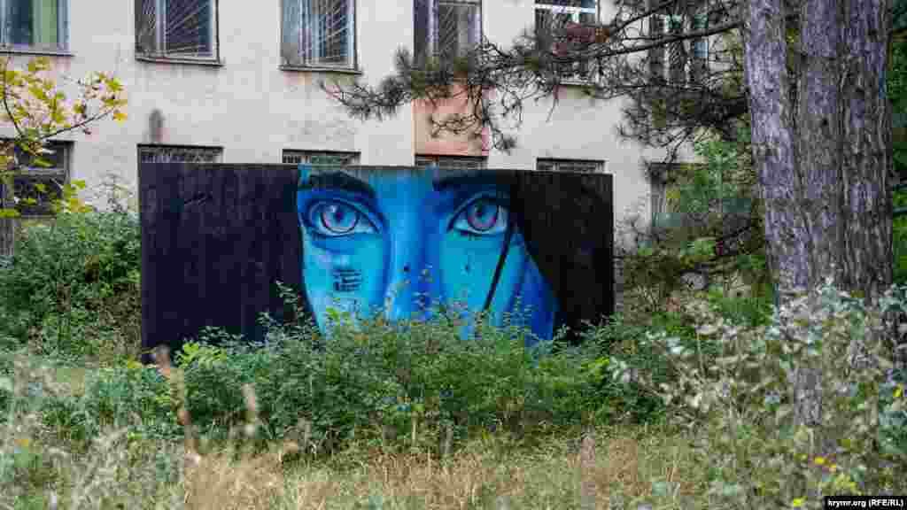 Граффити на бетонной плите перед учебным корпусом
